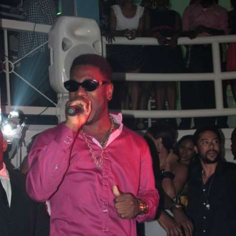 BURNA BOY PERFORMING-001