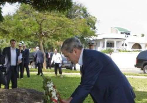 US President George W. Bush lays a wreath<br>