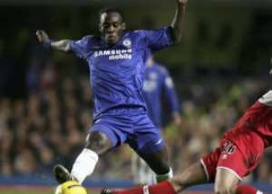 Chelsea's versatile midfielder Michael Essien has agreed a new five-year contract with the London club