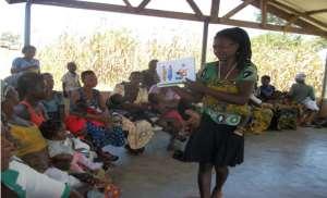 Theresa Akumbono, Facilitating a session with mothers Photo © Dome Emmanuel Mba