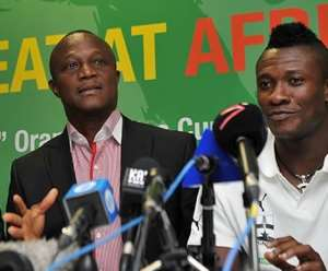 AFCON 2019: Coach Kwesi Appiah, Asamoah Gyan Smoke Peace Pipe After Captaincy Fiasco