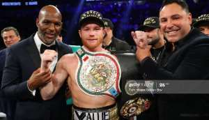 Saul 'Canelo' Alvarez (middle) with Oscar De La Hoya (right) during happier times