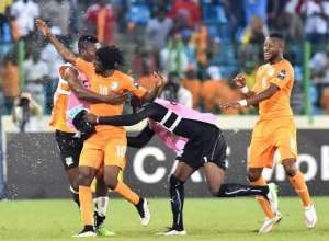 Ivory Coast's forward Gervinho (2ndL) is congratulated by teammates after scoring a goal during the 2015 African Cup of Nations quarter final football match between Ivory Coast and Algeria in Malabo, on February 1, 2015.  By Issouf Sanogo (AFP)