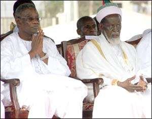 Mills prays with Muslims