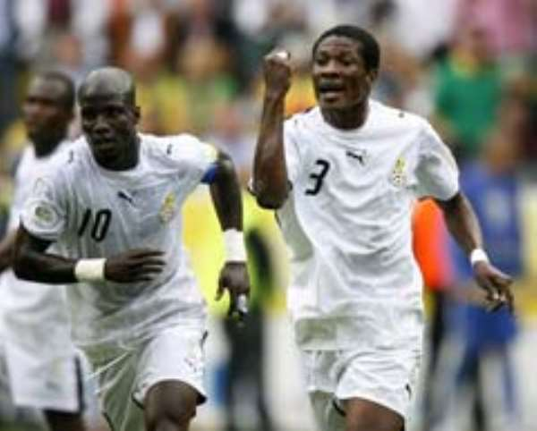 AngoGhana's Asamoah Gyan (centre) and Stephen Appiah complain to the linesman who did not signal for off side for Brazil's second goal.
