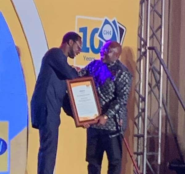 MTN Ghana CEO, Selorm Adadevoh presenting the award to George Andah