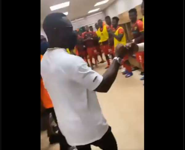 Sarkodie speaking to Asante Kotoko players