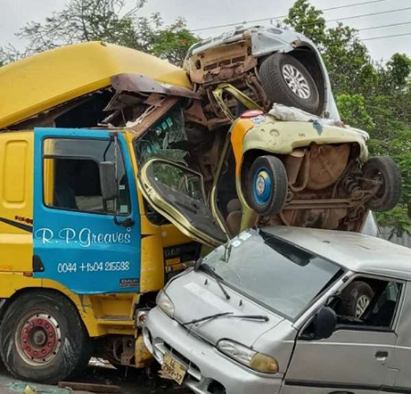 Faulty trailer crashes give cars, students at Nsawam