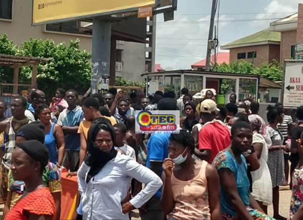 Asokwa: Hundreds Scramble For Food In Total Breach Of Social Distancing