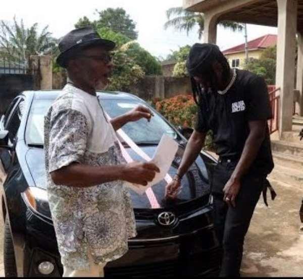 Nana Asa Mensah aka Agiecoat (left) in a pose with Stonebwoy