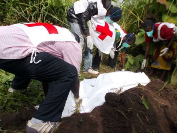 Red Cross volunteers bury bodies on September 15, 2013 in Bossangoa.  By Pacome Pabandji (AFP/File)
