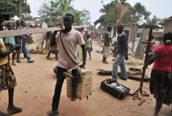 Looters steel objects from the homes of Muslim residents of Bangui, Central African Republic, after the departure of ex-Seleka Muslim rebels from the Kasai military camp to another camp outside the city on January 28, 2014.  By Issouf Sanogo (AFP)