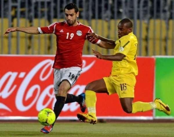 Egypt's striker Mohammed Salah (L) challenges Mozambique's defender Miro.  By  (AFP)