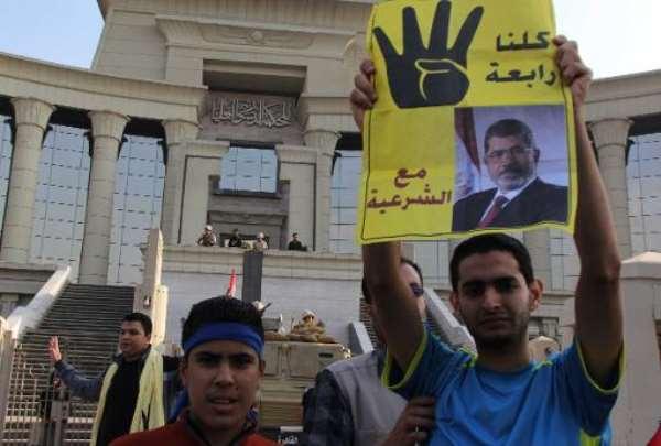 Supporters of Mohamed Morsi gather outside Cairo's high court on November 4, 2013.  By MOHAMED KAMEL (AFP Photo)