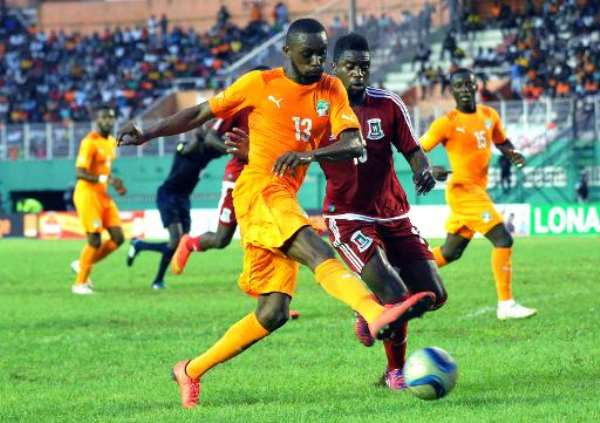 Equatorial Guinea's player Armando Sipoto Bonale (L) vies with Ivory Coast's Jean Daniel Akpa Akpro during the friendly football match on March 29, 2015 in Abidjan.  By Sia Kambou (AFP)