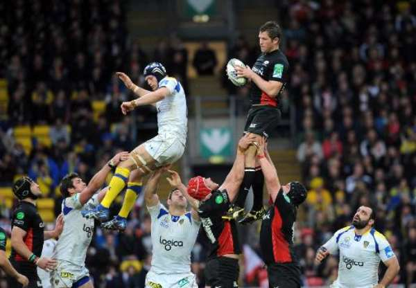 Saracens flanker Justin Melck (R) catches the ball during a European Cup rugby match in Watford, England on April 8, 2012.  By Olly Greenwood (AFP/File)