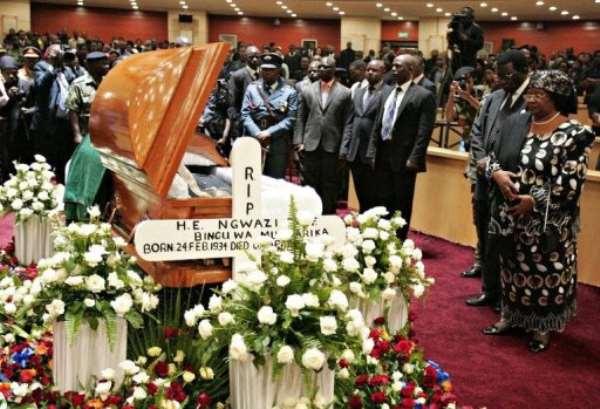 Malawi's President Joyce Banda, (R), leads people in paying their last respects to former president Bingu wa Mutharika.  By Amos Gumulira (AFP/File)