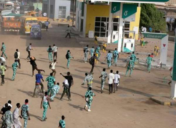 Sudanese protestors throw stones at a petrol station in Khartoum's twin city of Omdurman on September 25, 2013 during a demonstration after the government announced steep price rises for petroleum products after suspending state subsidies.  By  (AFP/File)