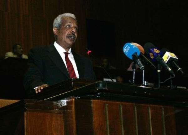 Sudan's Finance Minister Badereldien Mahmoud presents budget figures in parliament in Khartoum on December 18, 2013.  By Ebrahim Hamid (AFP)