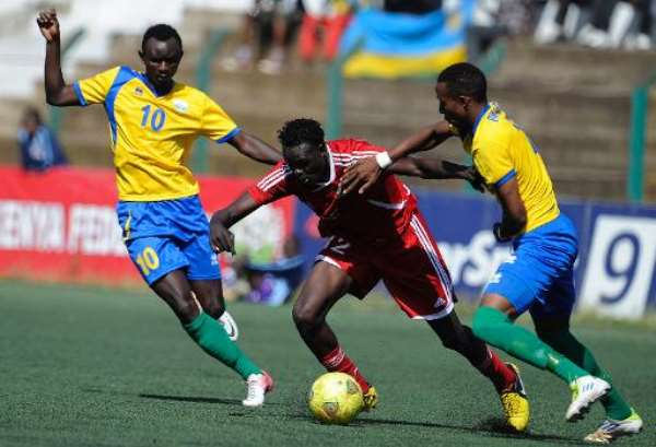 Sudan's Ibrahim Salah (C) vies with Rwanda's player Mohamed Mushimiyamana (L) and teammate Emery Bayisenge in Nairobi, on December 2, 2013.  By Simon Maina (AFP)