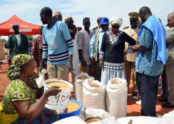 Ertharin Cousin (4th R), director of the UN World Food programme, watches food being distributed at a displaced persons camp at Mopti, Mali on March 18, 2013.  By  (AFP/File)
