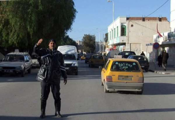 A Tunisian policeman directs the traffic in Kasserine in 2011.  By Jebberi (AFP/File)