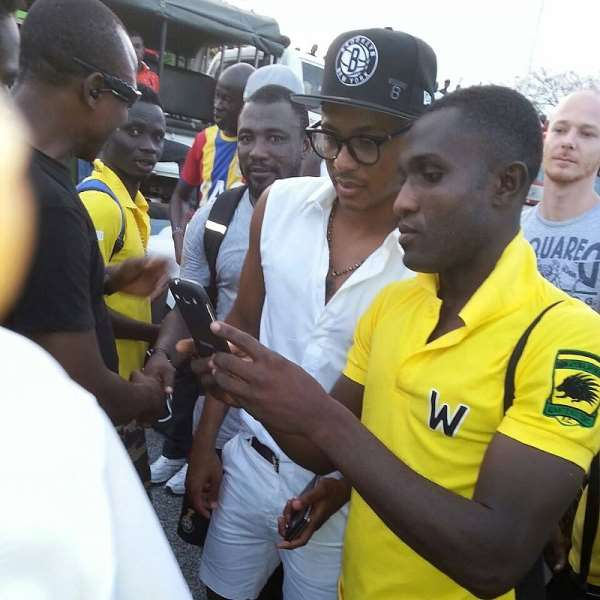 Star-struck Kotoko players take turns for selfie shots with Andre Ayew