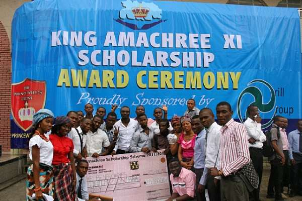 BENEFICIARIES OF THE KING AMACHREE XI SCHOLARSHI COLLECT AWARD CHEQUES