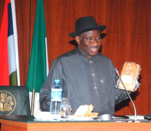 HURRAY: PRESIDENT JONATHAN PRESENTS NIGERIANS CASSAVA BREAD