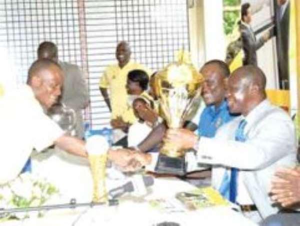 Dogbe receiving his trophy from Otumfuo Osei Tutu II, Asantehene