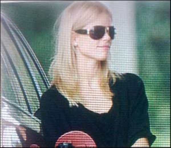 Elin Nordegren fills up without her ring