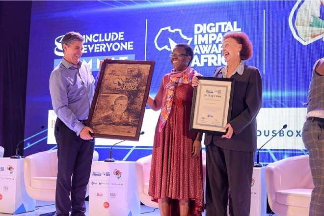 1012019121705-k5fri7u2h0-dr-warren-d-carew-receives-africa-financial-inclusion-medal-of-honor-on-behalf-of-bill-gates-4