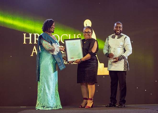 10152019100118-1j041p5cbv-alberta-fiamor-senior-manager-employee-and-industrial-relations-receiving-one-of-the-awards-on-behalf-of-mtn-ghana