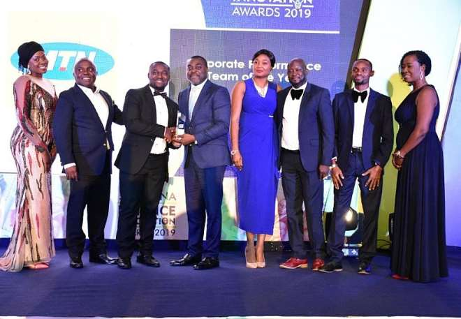 1025201921216-n6iul8w332-elvis-darkwah-left-manager-reporting-corporate-performance-management-receiving-one-of-the-awards-on-behalf-of-mtn