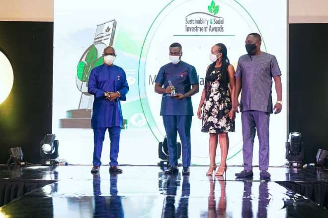 1118202040004-j5eq27t2gb-mtn-ghana-foundation-team-on-stage-after-receiving-one-of-the-awards-at-the-2020-sustainability-and-social-investment-awards
