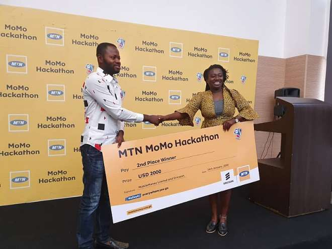242020122128-g30n1r5edx-dr-sena-agyepong-one-of-the-judges-presenting-prize-to-second-place-winner-zero-stress