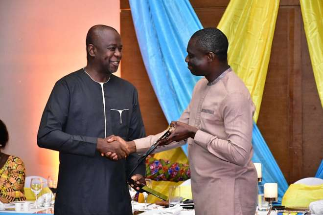 3262019122932 i4ep276gfb hon kwaku kwarteng deputy minister of finance presenting the citation to mr samuel koranteng corporate services executive of mtn ghana