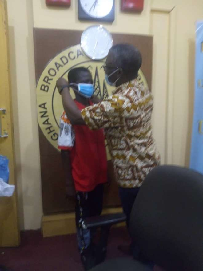 4292020101249-qulxoca443-regional-health-director-dr-windfred-ofosu-teaching--the-children-the-wearing-of-nose-mask