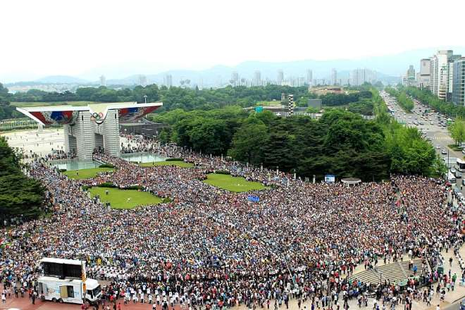 4 OVER 30, 000 PARTICIPANTS IN THE PEACE WALK FOR THE 1ST ANNUAL COMMEMORATION AT PEACE GATE IN SEOUL, KOREA