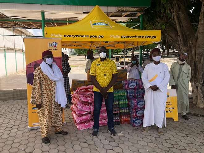 520202030439-otkvn0y442-mr-simon-amoh-acting-general-manager-for-mtn-northern-business-district-presenting-the-items-to--sheik-abdul-mumin-harun-ashanti-regional-chief-imam