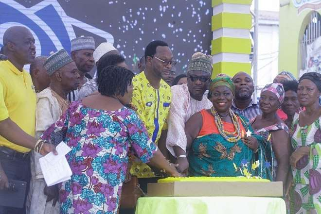 612201982341 23041q5ddx momo subscribers and stakeholders join  mtn ceo selorm adadevoh to cut the 10th  anniversary cake