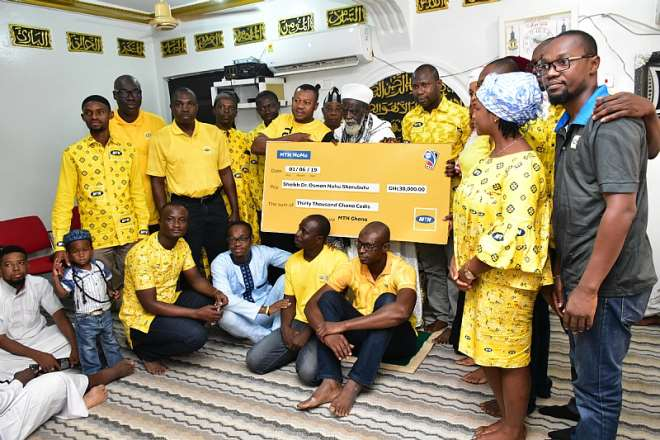 69201993300 0g730m4yxs mr abubakar mohammed general manager mtn distributive trade presenting the cheque to the national chief imam dr sheikh usumanu nuhu sharubutu on his centenary celebration