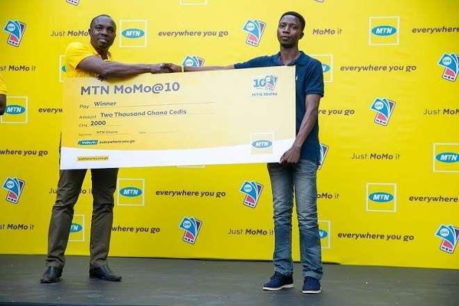 711201954623 j5eq27t2gb a proud winner receives his prize