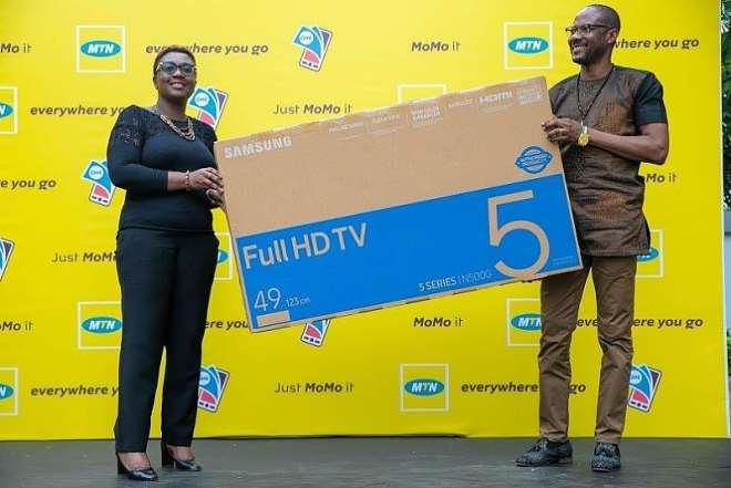 711201954625 8dt2wkjvvq a winner picks up his 49 inch smart tv