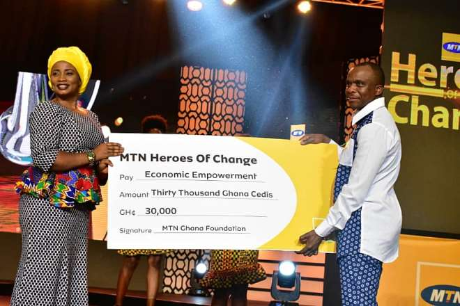 819201981443-m6itl8w331-mr-thomas-motlepa-chief-technical-officer-of-mtn-ghana-presenting-dummy-cheque-to-madam-diana-adjei-economic-empowerment-winner-of-mtn-hereos-of-change-season-5