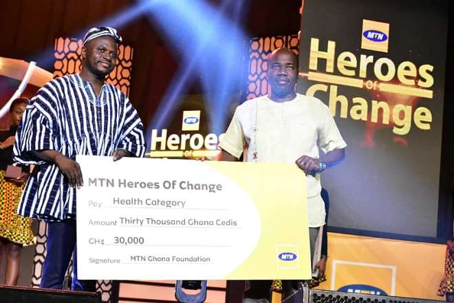 820201981800-n6ium8x332-mr-eric-nsarkoh-sales-and-distribution-executive-of-mtn-ghana-presenting-dummy-cheque-to-dr-benjamin-akinkang-health-category-winner-of-mtn-heroes-of-change-season-5