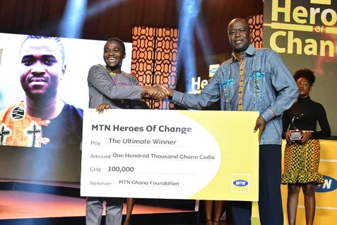 820201981801-g40n1r5edx-mr-samuel-koranteng-corporate-services-executive-of-mtn-ghana-presenting-the-dummy-cheque-to-charles-ofori-antipem--the-ultimate-winner-of-mtn-heroes-of-change-season-5