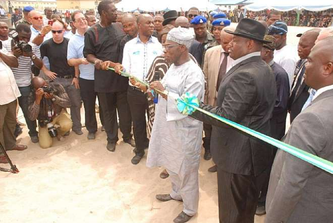 AGRIC 009 FMR PRESIDENT OBASANJO COMMISSIONING THE SONGHAI FARMS WITH GOV AMAECHI AND DEPUTY GOV ENGR IKURU WITH THE WIFE OF D GOV WATCHING