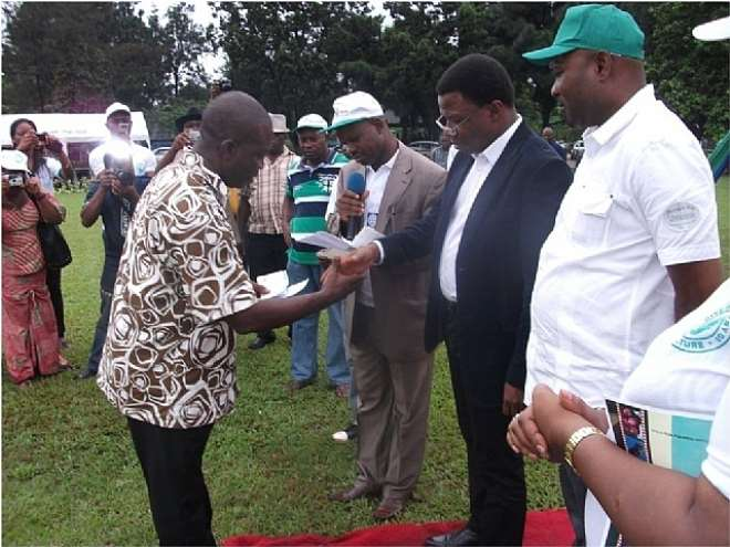 AGRIC 17 - PRESENTATION OF CHEQUES TO FADAMA GROUPS DURING THE 2011 WORLD FOOD DAY