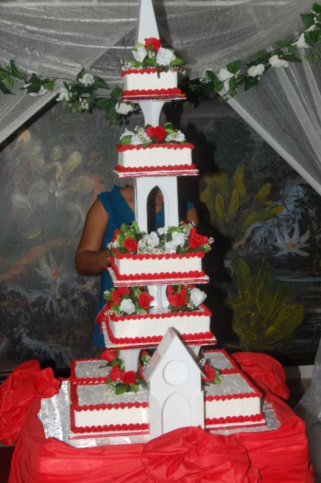 big wedding cake for all couples